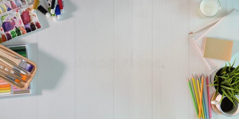 Lugar de trabalho do artista na tabela de madeira branca fotografia de stock