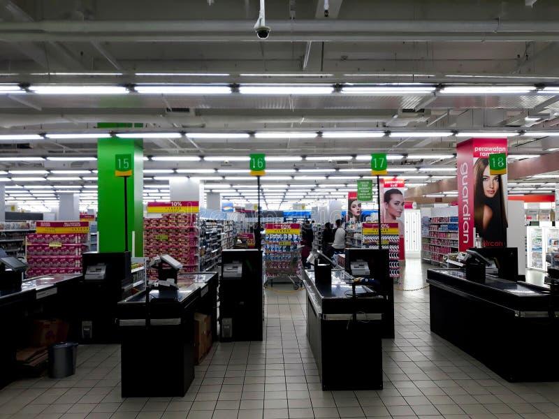 Lugar de trabalho vazio do caixa no supermercado dentro de um shopping em Indonésia foto de stock royalty free