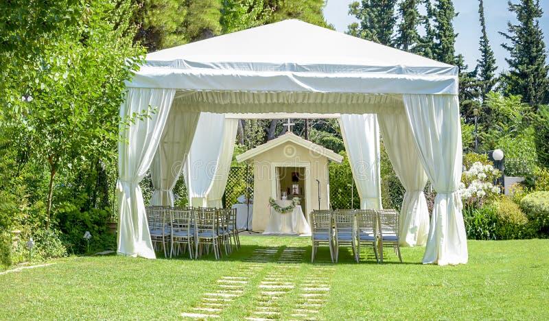 Lugar decorativo para cerimônias ou entretenimentos Recepção exterior sob barracas e árvores fotos de stock