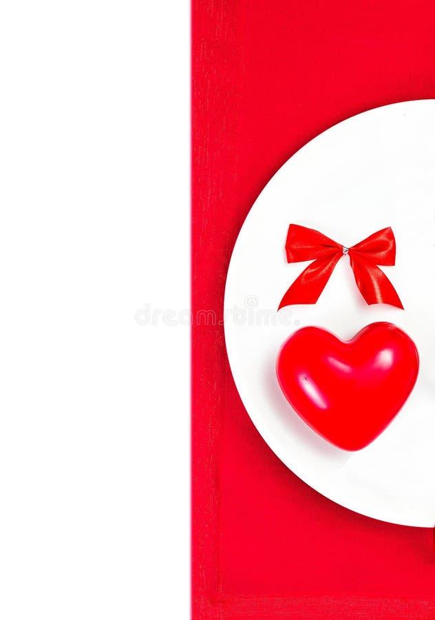 Lugar del ajuste de la tabla del día de tarjetas del día de San Valentín con el copyspace. Corazón rojo encendido foto de archivo
