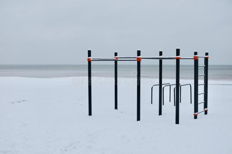 Lugar del entrenamiento en el invierno en la playa imagen de archivo