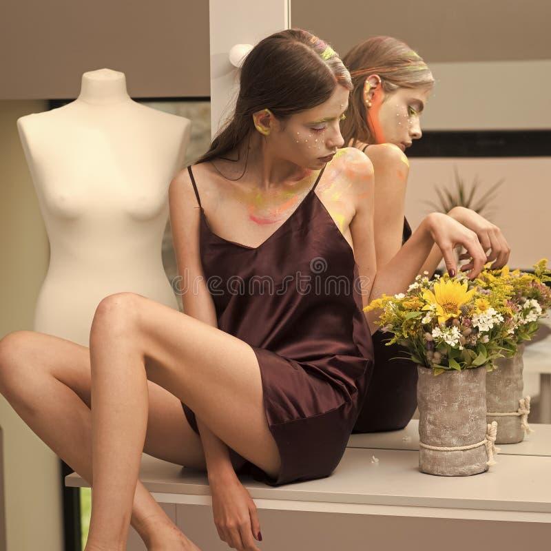 Lugar del maquillaje de la mujer con el espejo y los bulbos foto de archivo libre de regalías