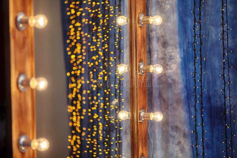 Lugar del maquillaje en vestuario con el espejo y las bombillas imagen de archivo libre de regalías