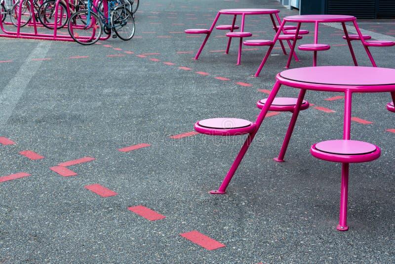 Lugar del partido, café en la calle Hay las tablas, sillas en los lugares marcados en la acera, cerca del aparcamiento fotos de archivo