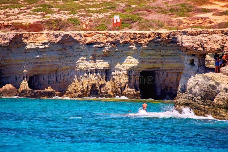Lugar del puente del amor con las ondas esmeralda en el mar soleado de Chipre del verano imagen de archivo