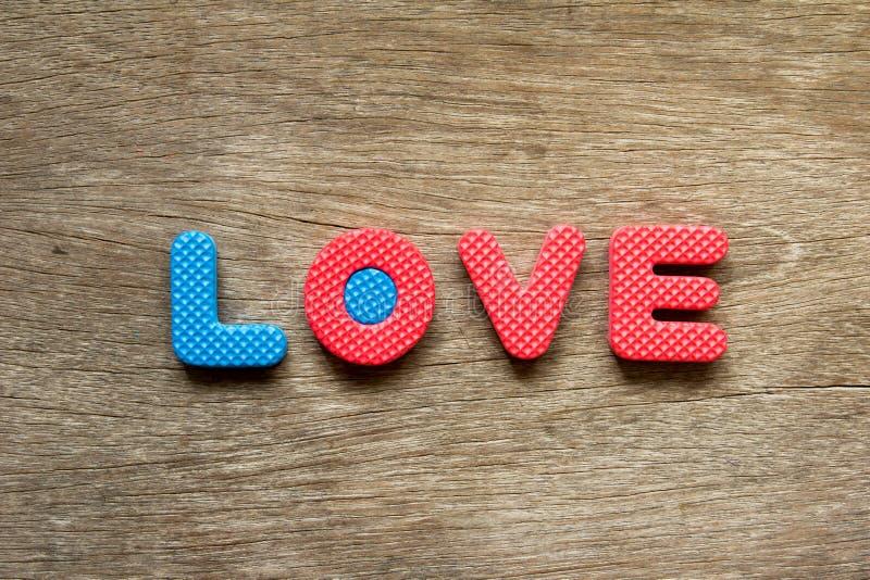 Lugar do amor do fraseio no fundo de madeira para o Valentim fotografia de stock royalty free