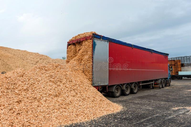 Lugar do armazém do caminhão aterrado em cargas da serragem fotos de stock royalty free