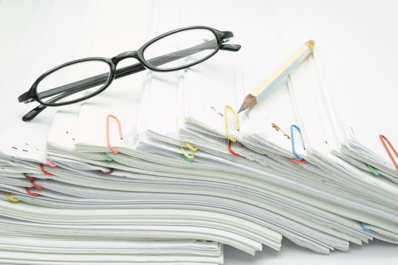 Lugar do lápis e dos espetáculos na pilha do documento do branco da sobrecarga imagem de stock