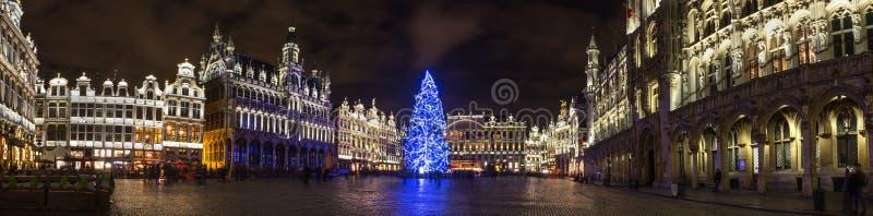 Lugar do markt de Grote em um panorama alto da definição de Bruxelas Bélgica da noite do Natal imagem de stock