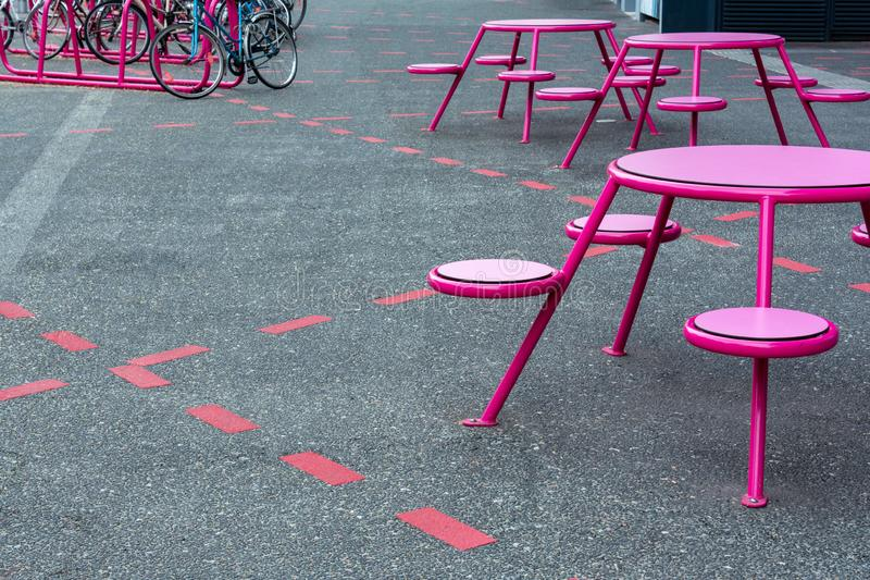 Lugar do partido, café na rua Há as tabelas, cadeiras nos lugares marcados no passeio, perto do estacionamento fotos de stock