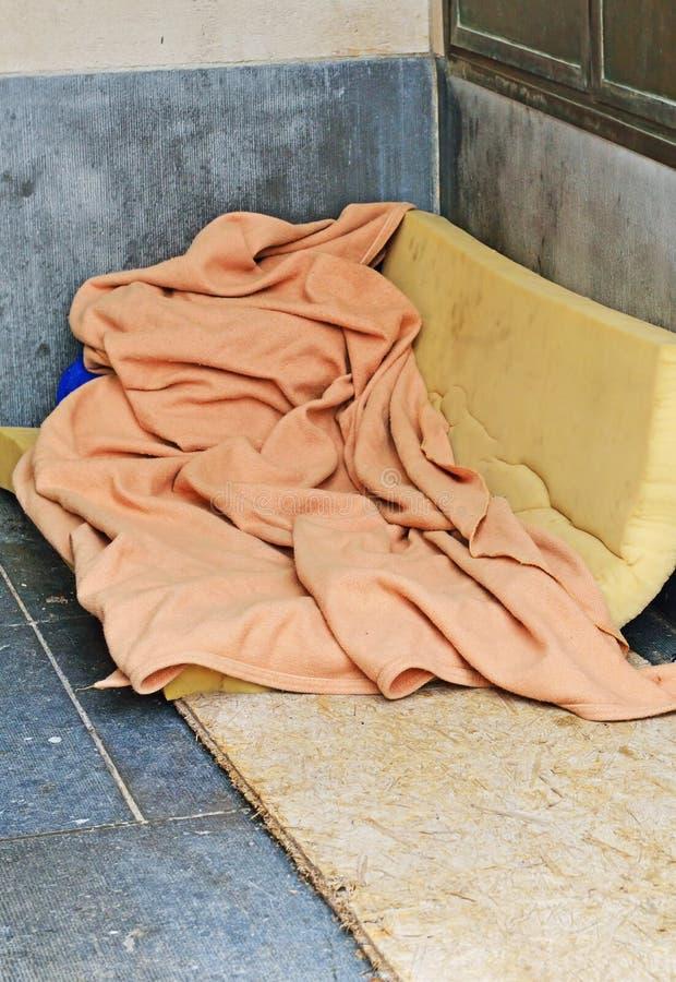 Lugar do sono de uma pessoa desabrigada imagens de stock