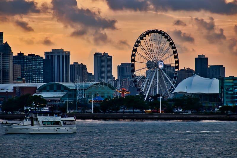 Lugar do turismo do cais da marinha em Chicago ao longo do Lago Michigan, com o barco da excursão que passa no primeiro plano fotos de stock royalty free