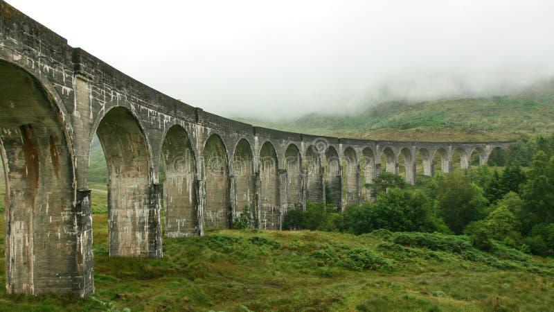 Lugar do viaduto de Glenfinnan do filme de Harry Potter no dia nublado, névoa que cobre montes no fundo imagem de stock