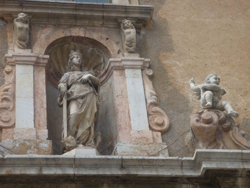 Lugar en un edificio antiguo en Sicilia con la estatua de una reina con una espada Italia fotografía de archivo libre de regalías