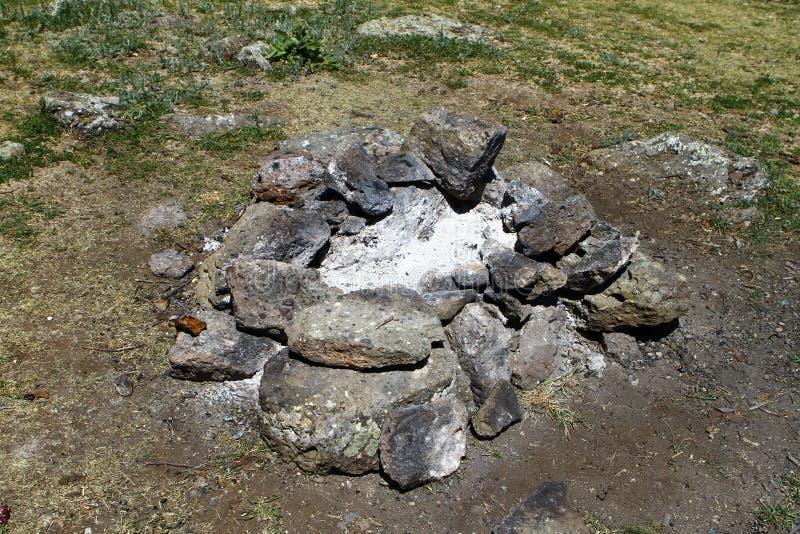 Lugar extinto del fuego del campo rodeado con las rocas o las piedras, foto de la naturaleza fotografía de archivo