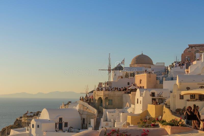 Lugar famoso bonito do por do sol no máximo de Oia, Santorini Gre foto de stock
