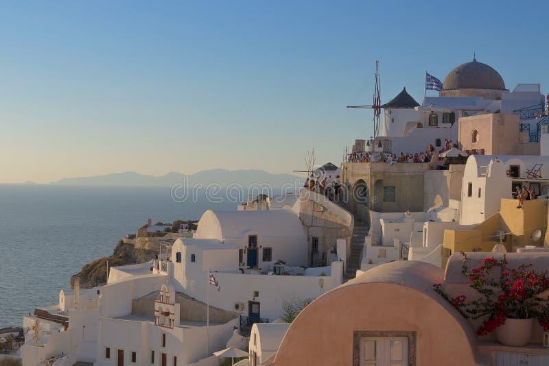 Lugar famoso bonito do por do sol no máximo de Oia, Santorini Gre fotografia de stock