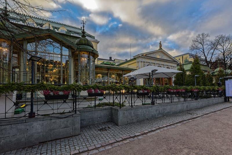 Lugar famoso e popular - café, barra, restaurante no parque de Esplanadi na iluminação na iluminação de nivelamento imagens de stock
