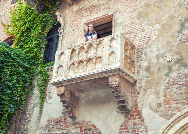 Lugar famoso en Europa Balcón medieval de Juliet en Verona, Italia fotos de archivo