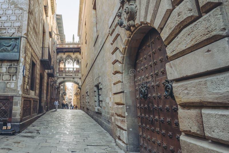 Lugar famoso en la ciudad vieja de Barcelona, España imagenes de archivo