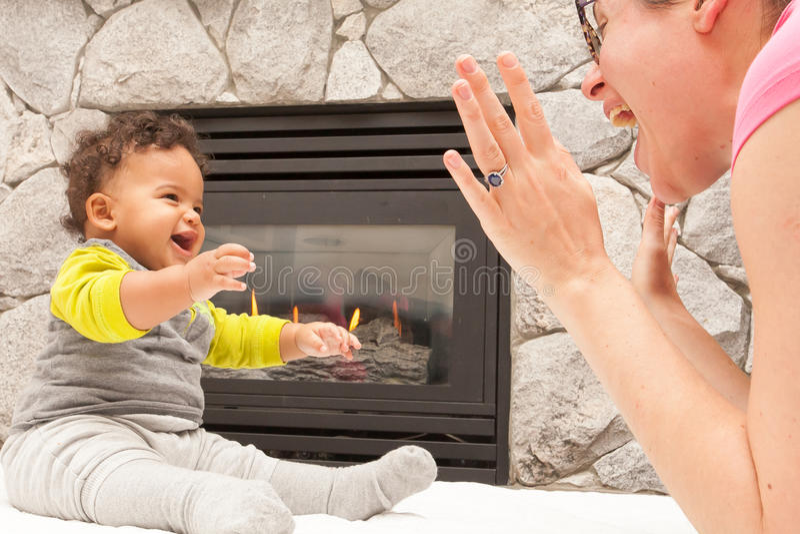 Lugar feliz do fogo da criança da mãe imagem de stock royalty free