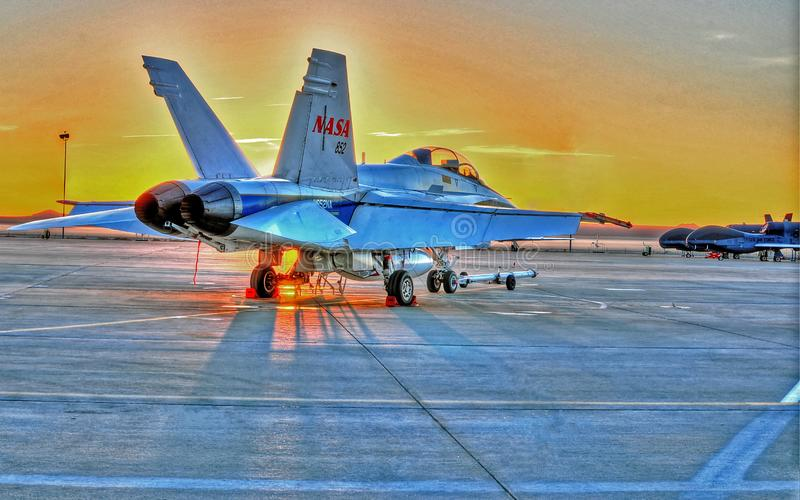 Lugar fresco de la salida del sol del desierto de la salida del sol F-18 a trabajar imágenes de archivo libres de regalías