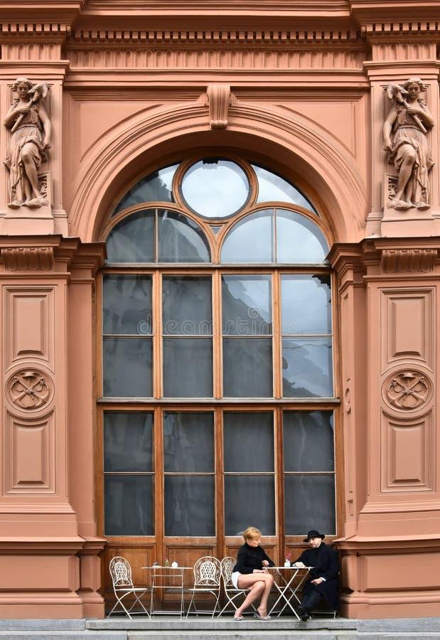Lugar idílico ao resto na frente da construção do art nouveau fotos de stock