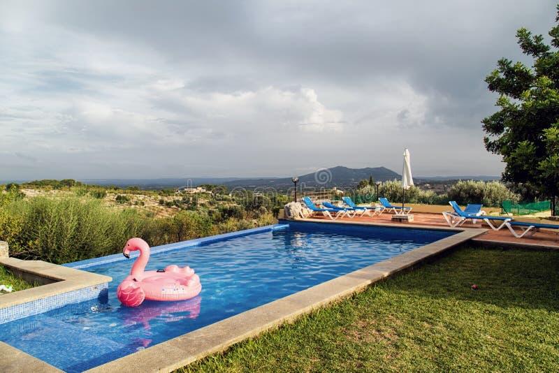 Lugar idílico en la piscina foto de archivo libre de regalías