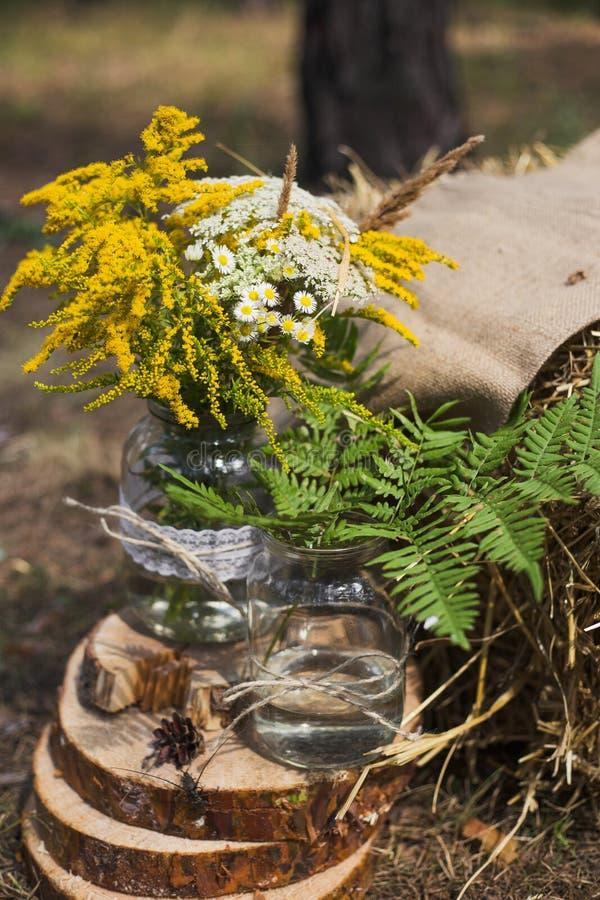 Lugar na madeira velha do outono para a cerimônia de casamento imagem de stock