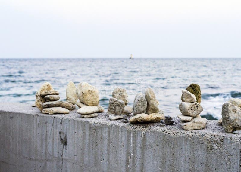 Lugar pacífico y relajante por el mar con el sentido para la balanza y tranquilidad y armonía imagenes de archivo