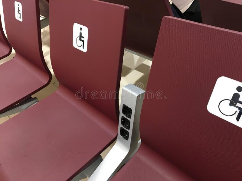 Lugar para inválido asientos para los minusválidos, sillas en el pasillo para la gente especial sillas para las personas con disc imagen de archivo libre de regalías