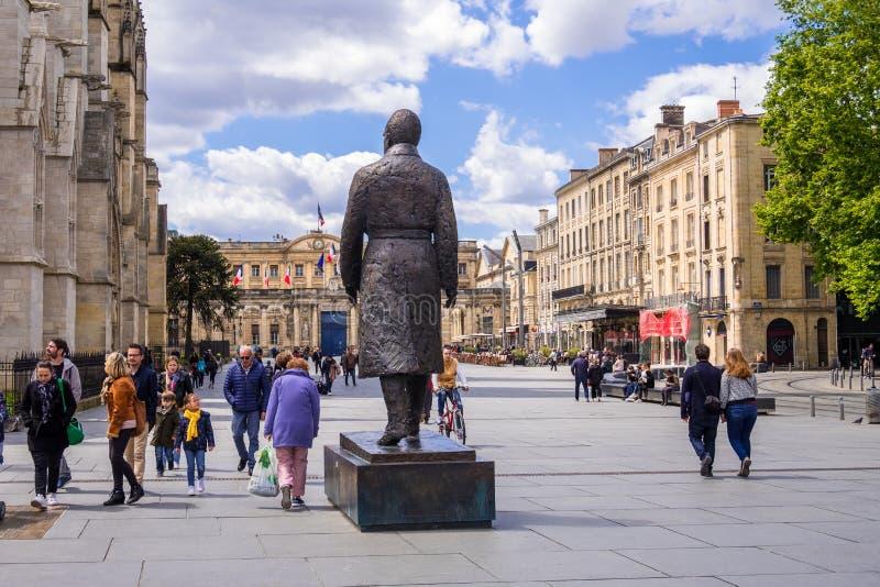 Lugar Pey Berland, ayuntamiento, estatua de Jaques Chaban Delmes, alcalde anterior de Burdeos y del primer ministro de Francia fotografía de archivo