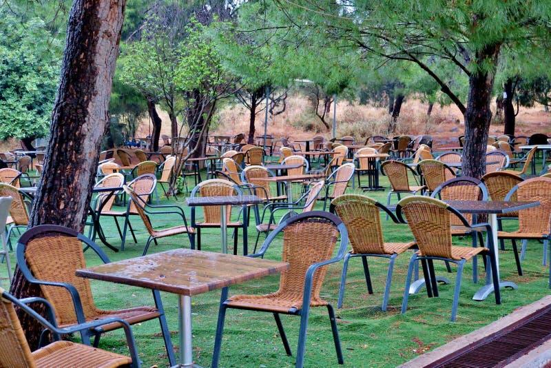 Lugar por días de fiesta en un césped verde con las tablas y las sillas fotos de archivo