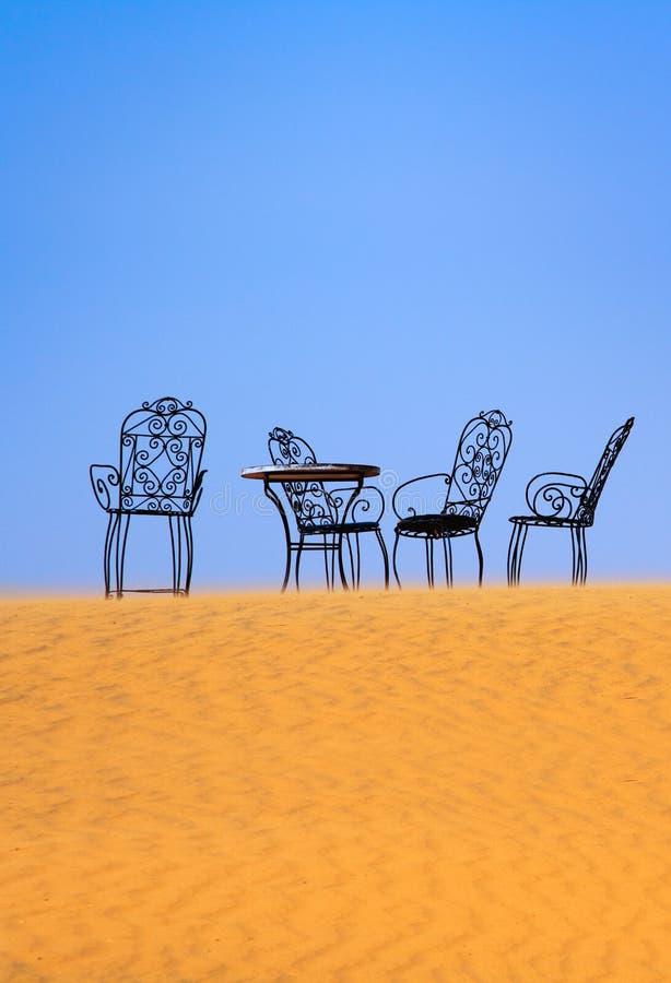 Lugar romântico a sentar-se no deserto de Sahara imagem de stock