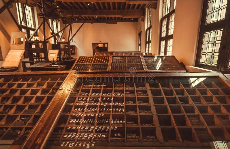 Lugar tipográfico histórico do trabalhador no museu de Plantin-Moretus, local da impressão do patrimônio mundial do UNESCO fotografia de stock