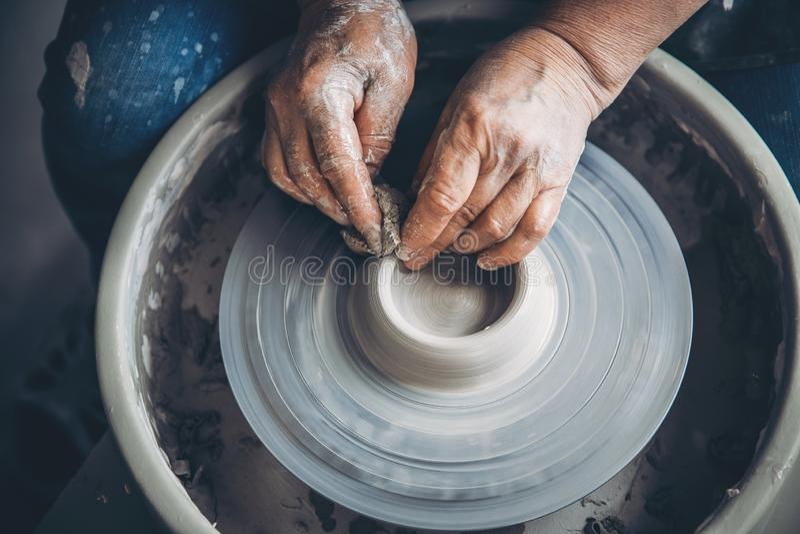Lugar a trabajar Alfarero de la visión superior que hace el pote de cerámica en la rueda de la cerámica imágenes de archivo libres de regalías