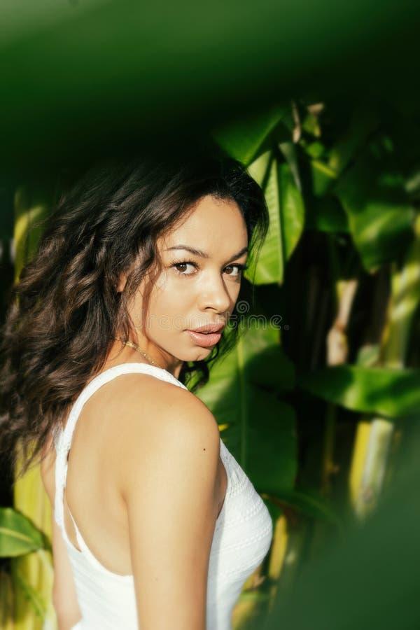 Lugar tropical da selva da jovem mulher exótica bonita imagens de stock royalty free