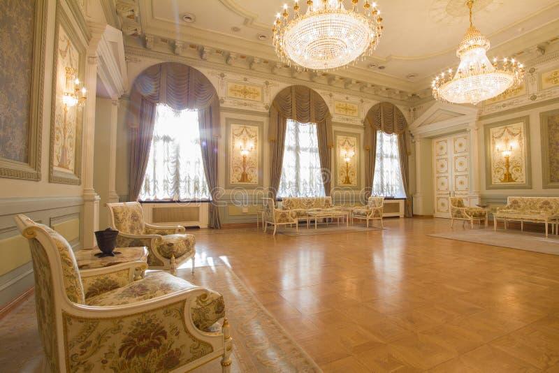 Lugar turístico de lujo y hermoso de KAZÁN, de RUSIA - 16 de enero de 2017, ayuntamiento - - muebles antiguos en el interior fotos de archivo