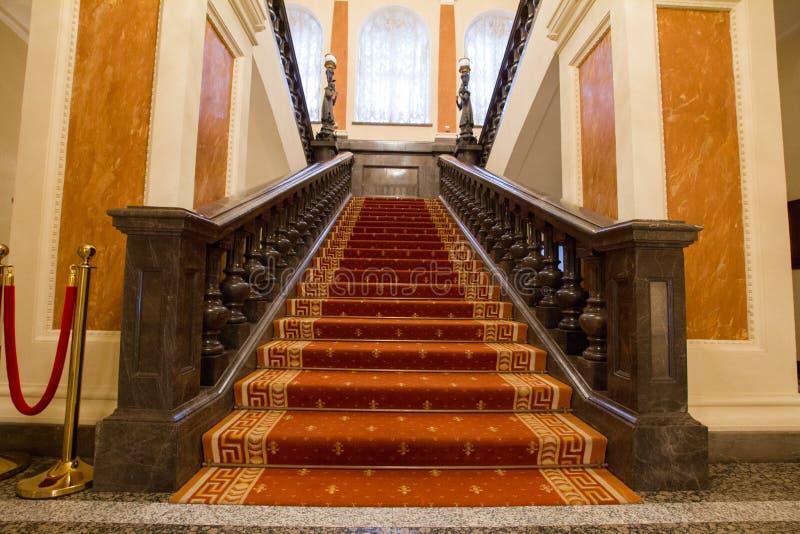 Lugar turístico luxuoso e bonito de KAZAN, de RÚSSIA - 16 de janeiro de 2017, câmara municipal - - vão das escadas na entrada foto de stock royalty free