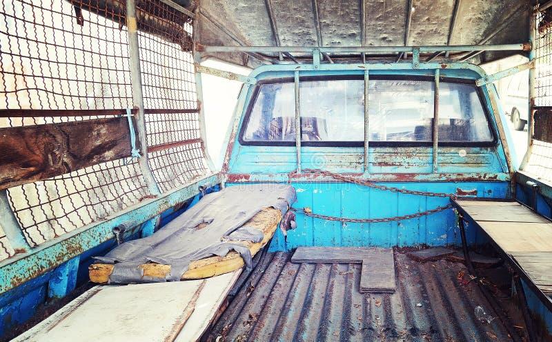 Lugar velho do colchão na parte de trás do camionete azul no vintage retro imagens de stock