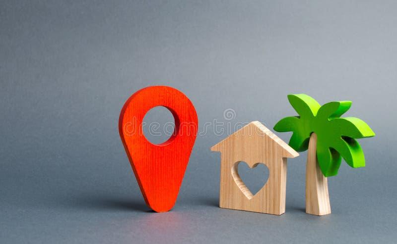 Lugar vermelho do marcador e uma casa dos amantes com uma palmeira Quieto e acolhedor, escolhendo um destino das férias Desengate foto de stock