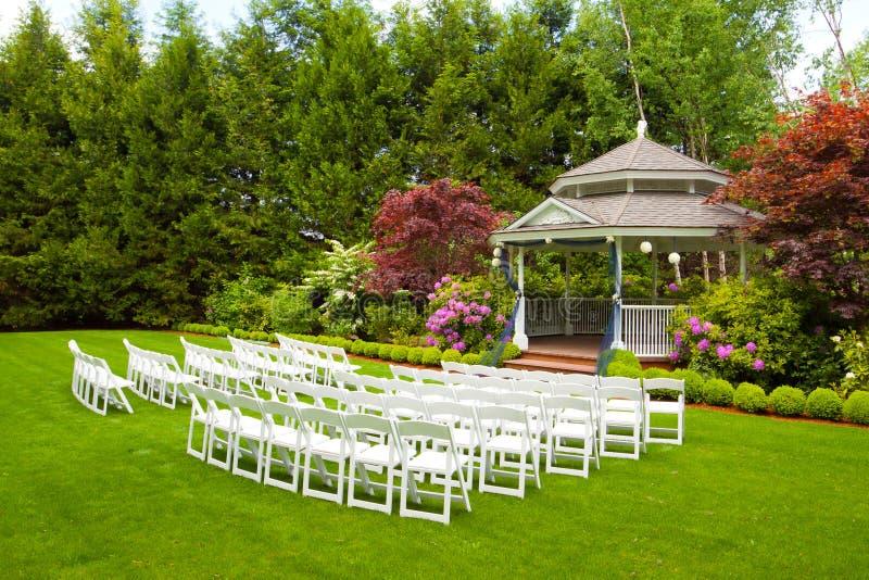 Lugar y sillas de la boda imágenes de archivo libres de regalías