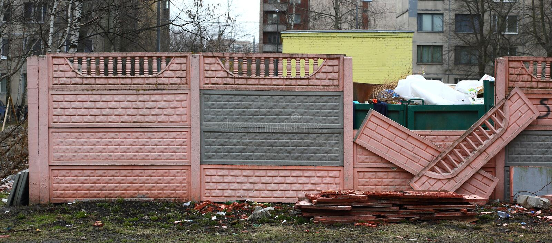 Lugares concretos quebrados de la cerca para la basura del hogar imagen de archivo libre de regalías