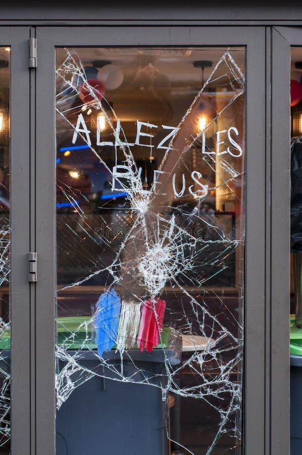 Lugares dañados vistos en los 14tos de junio de 2016 después de los alborotos en París contra la ley del trabajo imágenes de archivo libres de regalías