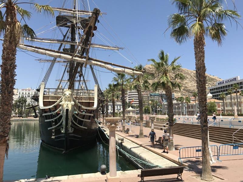 Lugares originais, bolhas de sabão, praia, verão, iate no porto de Alicante fotografia de stock