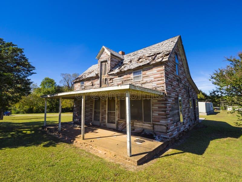 Lugares perdidos - casa de madeira abandonada velha em Route 66 STROUD - OKLAHOMA - 16 de outubro de 2017 imagem de stock