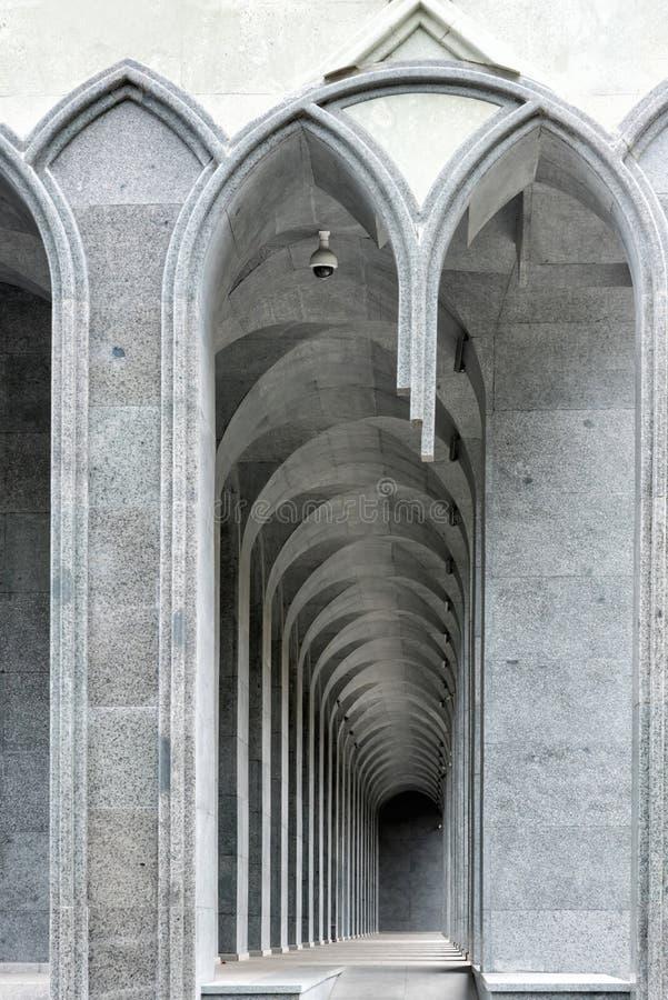 Lugares que se sientan del lugar curvilíneo del arco en blanco y negro Foto vuelta a trabajar Digital del primer del fragmento ar foto de archivo libre de regalías