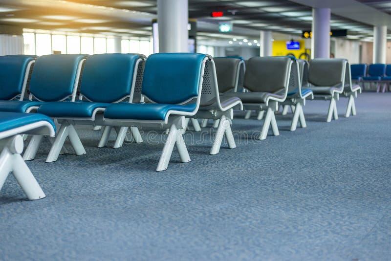 Lugares vazios interiores da sala de estar da partida no aeroporto, área de espera com cadeiras fotos de stock royalty free