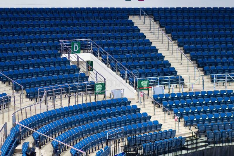 Lugares vazios na arena do gelo da tribuna espectador de assentamento das fileiras no estádio do hóquei em gelo imagem de stock royalty free