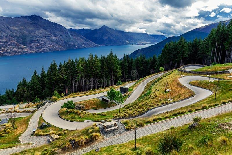 Luge Bahn auf dem Berg in Queenstown mit einem schönen See Wakatipu und Mountain View lizenzfreie stockfotos